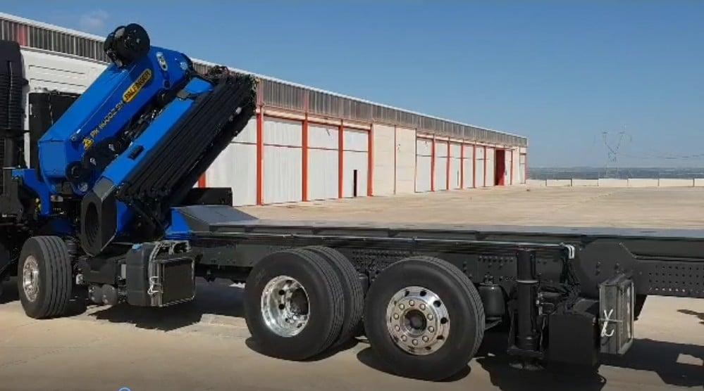 Camion grue et plateau pour container